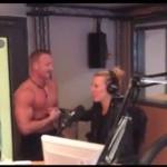 stripteaseur Steeve paris dans les studios de RTL2